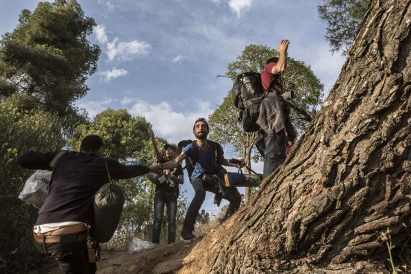 Migrants s'échappant à un contrôle policier, Evzonoi (Grèce). Photo: Alberto Campi