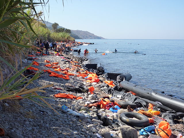 Blick auf die Nordküste von Lesbos zwischen den Ortschaften Molivos und Sykaminia. Der Küstenstreifen ist voll von Schwimmwesten und Flüchtlingsbooten. Die Aufnahme stammt vom September 2015. Photo:  Rosa-Maria Rinkl / Wikimedia Commons