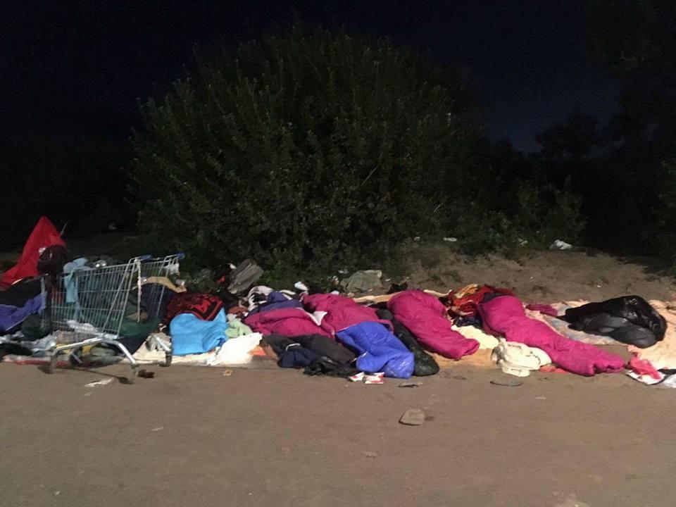 Mineurs dormant devant le camp de containers. Photo: Passeurs d'hospitalité