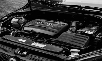 Pogled na motor automobila ispod haube