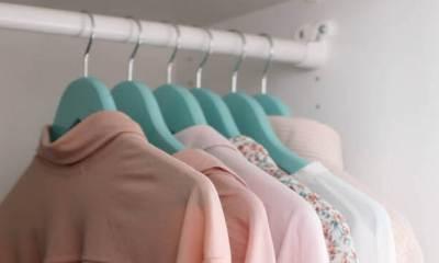 Roze bluze na ofingerima u ormaru