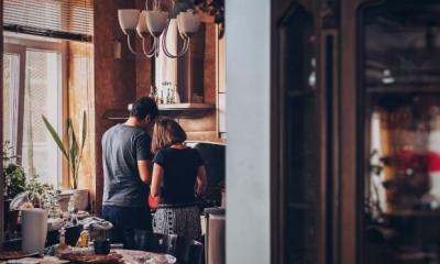 prikaz zaljubljenog para u kuhinji