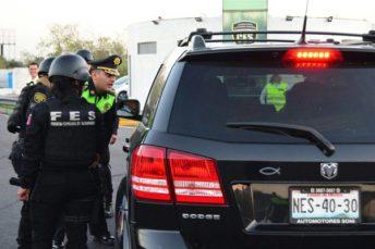 Los elementos de seguridad realizan revisiones de las unidades que transitan por el Circuito Exterior Mexiquense.