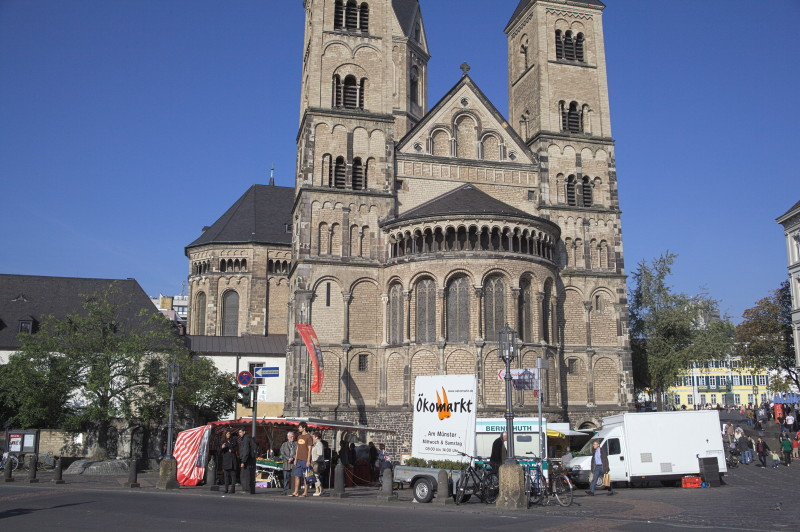 The Bonn cathedral overlooking the market