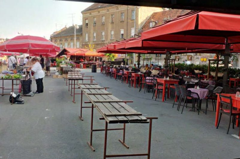 Market day is over, café gets full