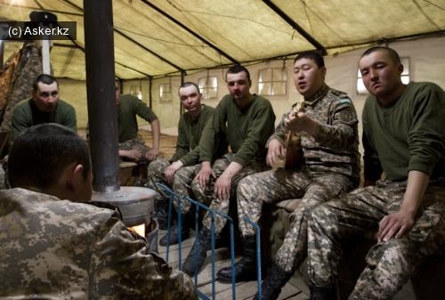 солдаты в казарме греются у буржуйки