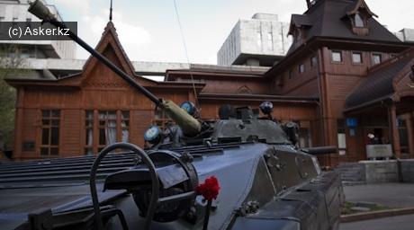 Боевая машина пехоты БМП-2 на фоне музея музыкальных инструментов.