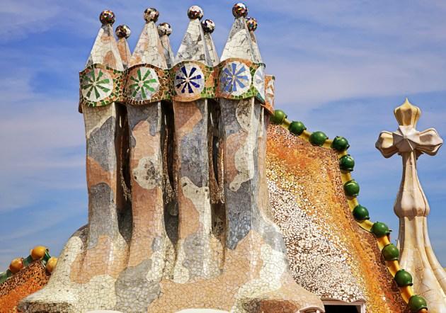 Крышу дома Бальо Гауди украсил башнями-дымоходами