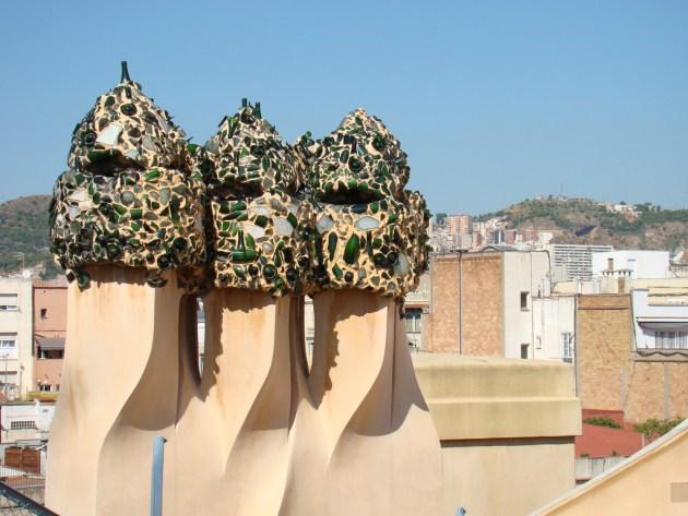 Дымоходы и шахты лифтов на крыше дома Мила украшают сказочные воины
