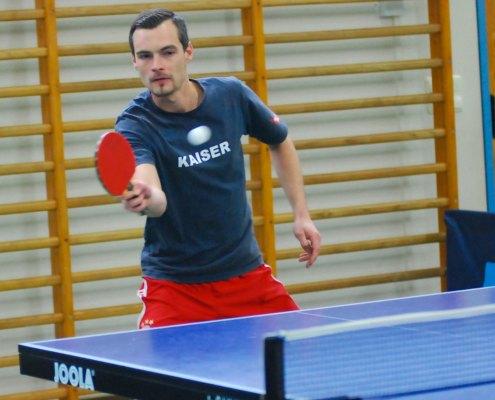 Tischtennisspieler schlaegt Ball