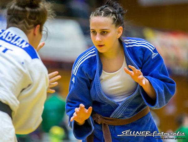 Zwei Judokerinnen kaempfen