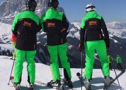 ASKOE Skiverein Neuzeug drei Skifahrer von hinten