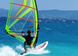 Surfer fährt landabwaerts