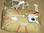 запасной парашют оборудован специальным страхующим прибором