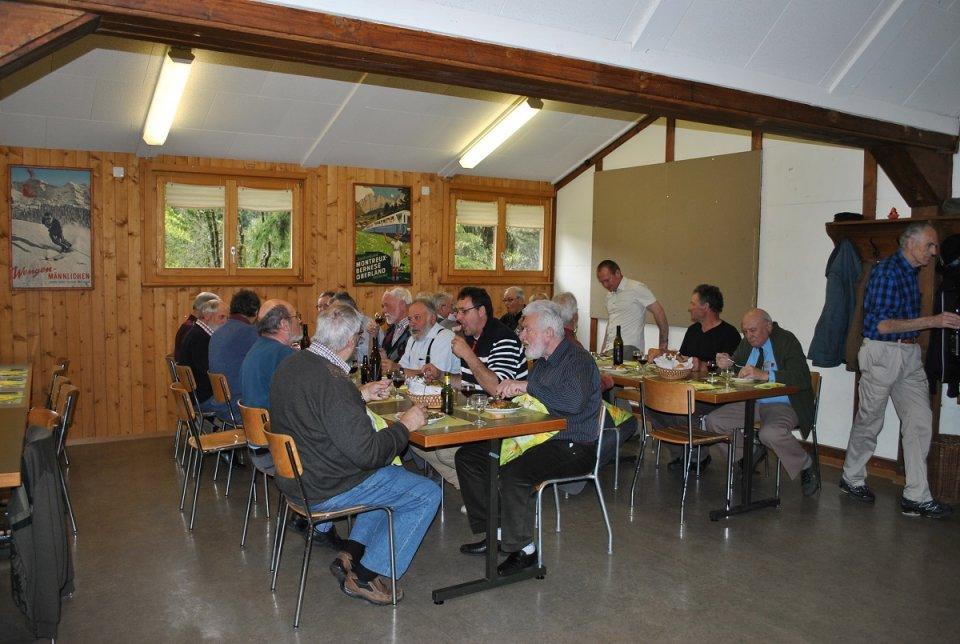 Après la séance, un bon repas à la fribourgeoise, c'est-à-dire jambon, saucisson, gratin et les meringues à la double-crème du chalet. Un régal ...