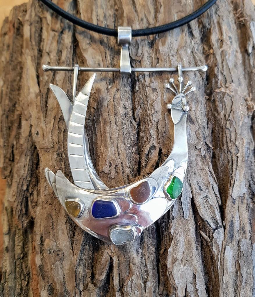 Pfau in Silber mit Seeglas