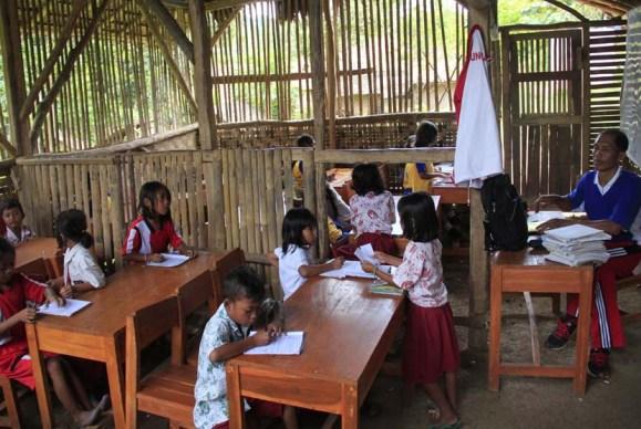 Seorang guru mengajar dua kelas sekaligus di ruangan terbuat dari bambu di SD Negeri Girijagabaya, di Kampung Sinarjaya, Muncang, Lebak, Banten, Rabu (27/11). Banten merupakan provinsi ke-6 terbesar nilai APBD-nya yang saat ini mencapai Rp 6,3 triliun/tahun. ANTARA FOTO/Asep Fthulrahman/ss/mes/13