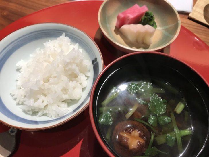 お味噌汁と白米とおしんこ