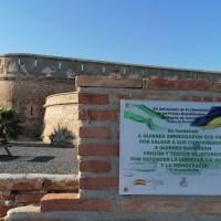 La Asociación 14 de Abril denuncia la vandalización constante de la placa que recuerda la liberación de 300 presos asturianos en el Fuerte de Carchuna