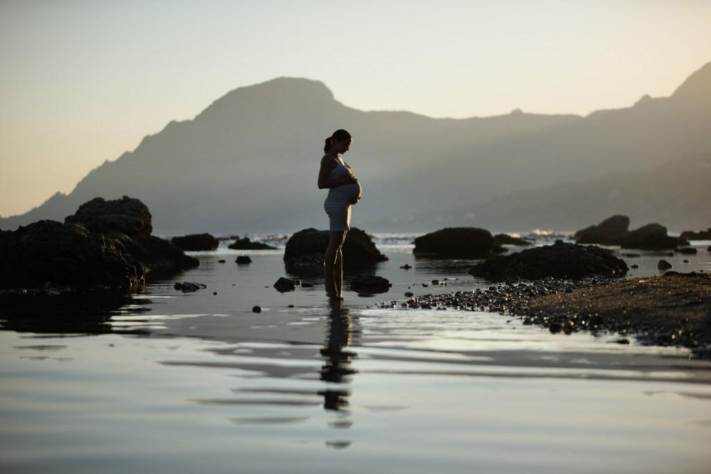 Foto de madre embarazada en lago, para el post que necesito preparar para mi lactnacia durante el embarazo