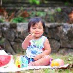 Bebé comiendo mediante el método BLW, Baby Led Weaning o alimentación complementaria regulada por el bebé o sin papillas