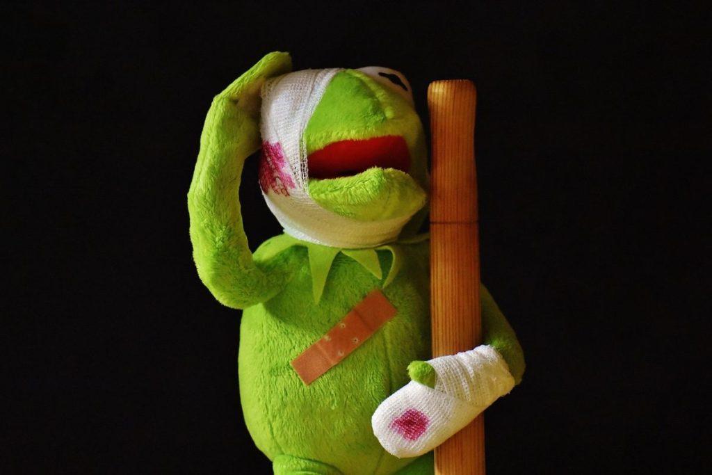 Muñeco de la rana Gustavo simulando heridas, al que se le han practicado primeros auxilios