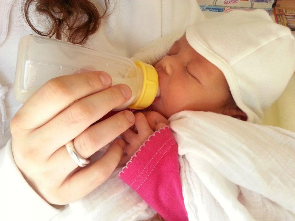Bebé alimentado con biberón ante la vuelta de su madre al trabajo