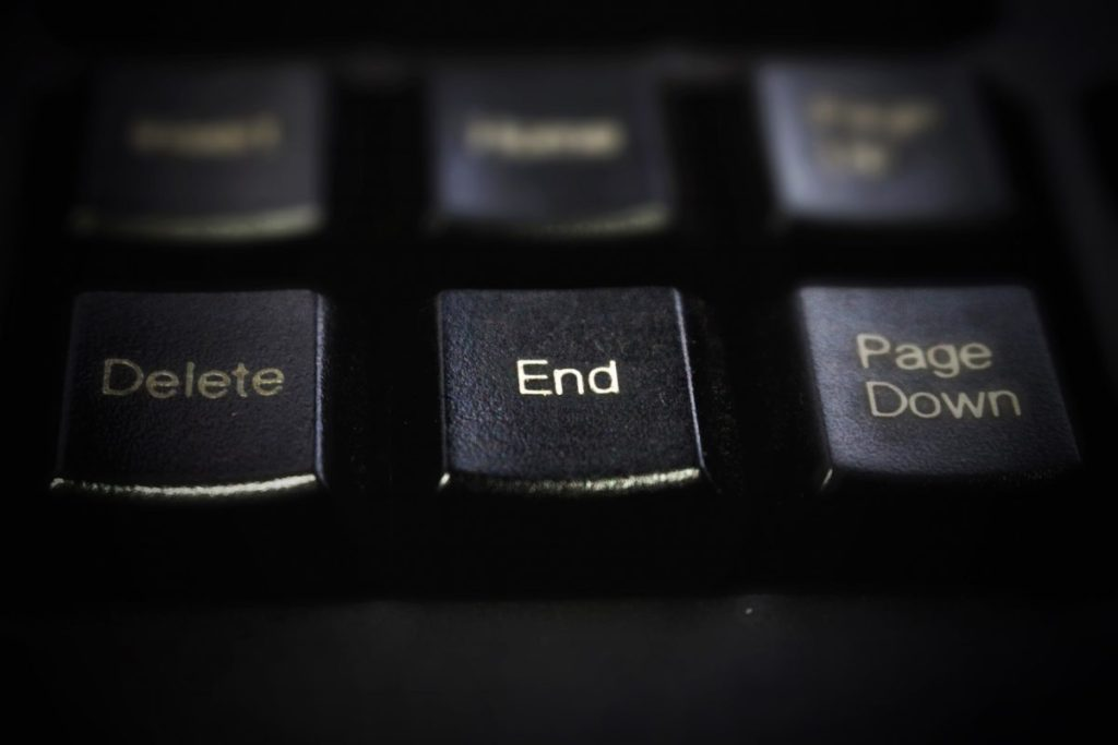 Imagen detalle de un teclado, enfocando la palabra End, para simbolizar el final de la lactancia materna, con el destete
