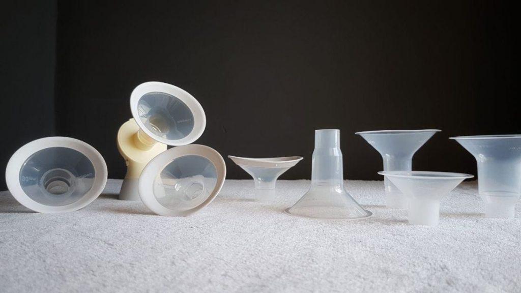 Diferentes embudos de talla variada para los sacaleches de Medela