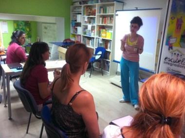 cursos reiki madrid, asociación reiki madrid, explicando teoría reiki durante el taller