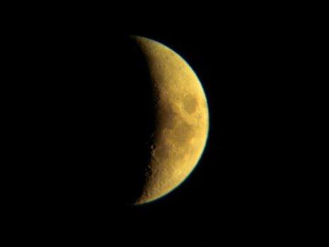 Luna en fase Creciente (forma de D). Las puntas indican el Este.