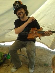 Javier Muñoz con su violín reciclado