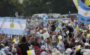 """El papa Francisco llegó a la Plaza de la Revolución en La Habana para oficiar su primera misa ante una multitud que ya lo esperaba desde antes del amanecer. """"¡Viva Francisco, Viva Francisco!"""", le gritaban mientras el pontífice avanzaba lentamente a bordo de un papamóvil abierto a los lados. La gente agitaba banderas de Cuba y del Vaticano. (AP Photo/Ramon Espinosa)"""