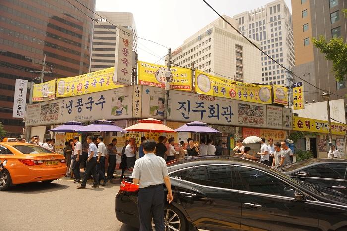 1962年創業した<晋州会館(チンジュフェグァン)>のランチ。12時を回ると毎日大行列ができる人気店です。