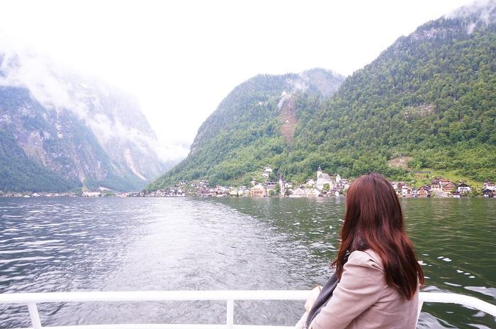 ハルシュタット駅からは船も出ています。世界遺産の美しい湖の村・オーストリアにあるハルシュタット(Hallstatt)という景勝地へいってきました。ザルツカンマーグート地域の最奥にある静かな村へのアクセス方法とは?ザルツブルクから電車で2時間。途中のバートイシュルという温泉街からバスで出かけた行き方や現地の様子などに実体験をチェック!