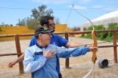 Ramón practicando tiro con arco.