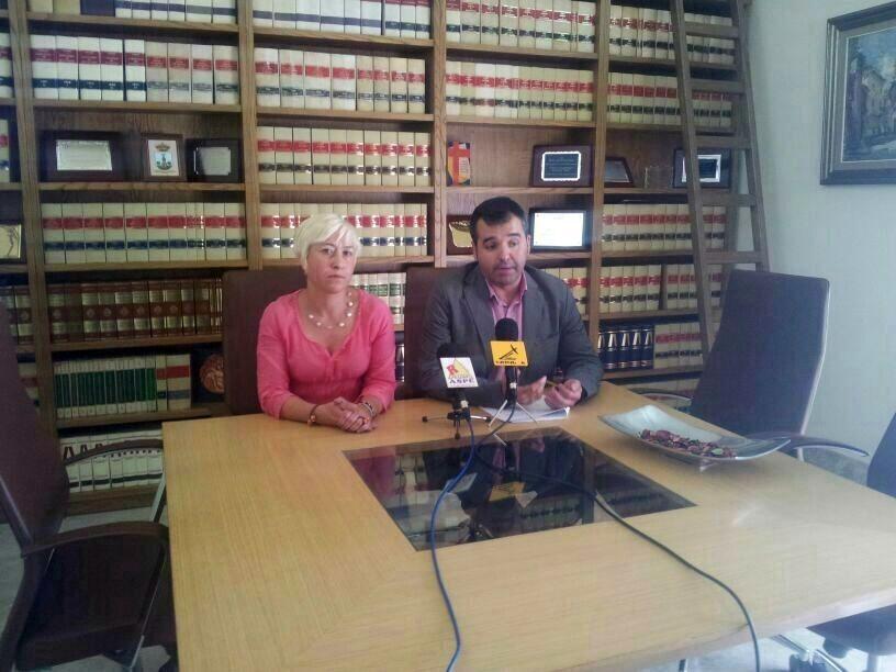 Alcalde junto a la defensora del ciudadano