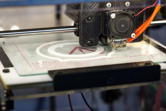 A 3D printer melting a part | Aspioneer