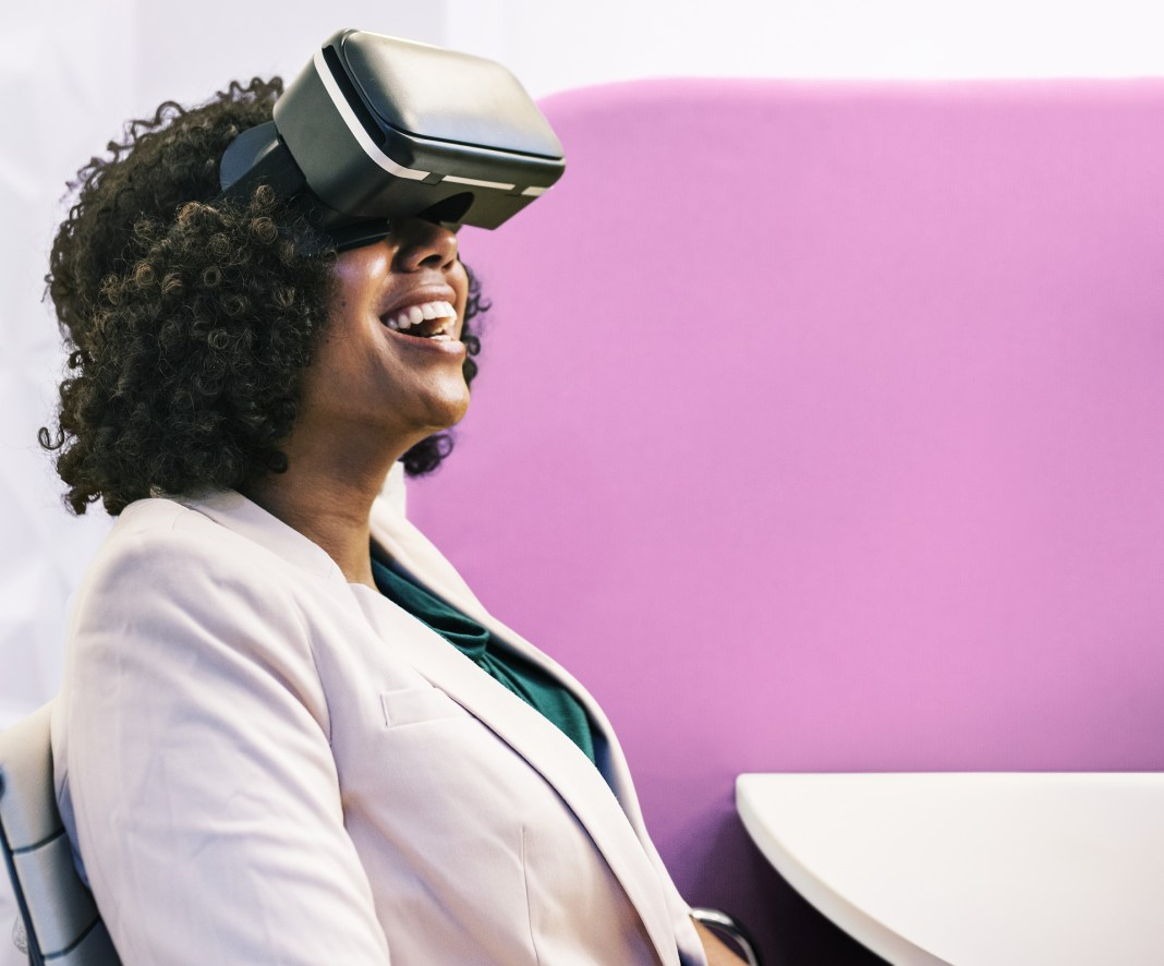A woman trying a VR headset | Aspioneer