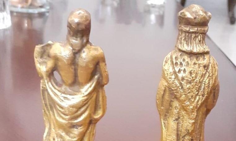 شاهد ماذا ضبط مع شخصين من تماثيل وقطع أثرية (صور)