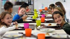 Crianças numa refeição na Cantina da Associação de Solidariedade Social Bairro João Paulo II