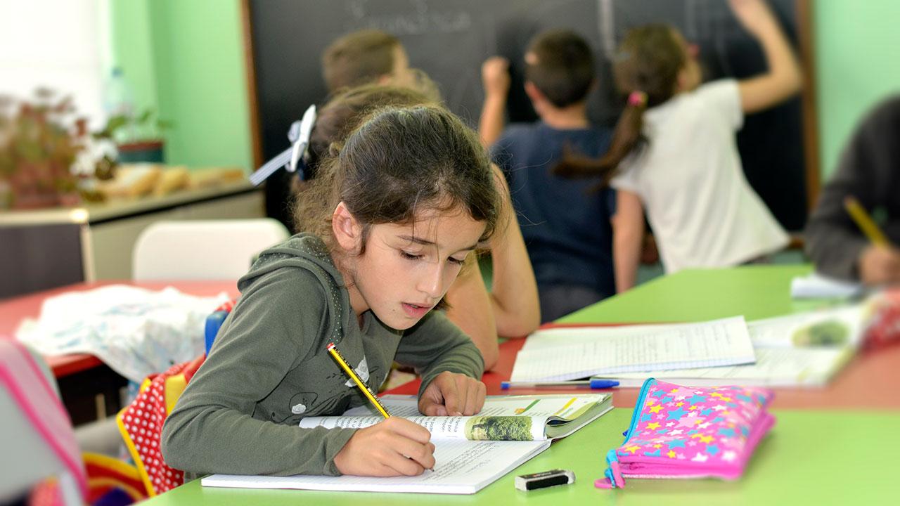 Crianças em sala de estudo na Associação de Solidariedade Social Bairro João Paulo II