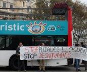 L'assemblea de barris per un turisme sostenible fa una acció sorpresa de boicot a busos turístics. A la parada de bus turístic de Portal de la Pau, al costat de l'estàtua de Colom.