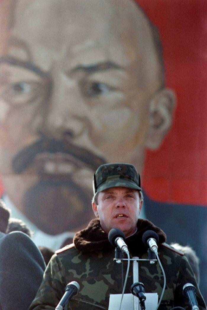 Letnan Jenderal Boris Gromov, mengumumkan bahwa pasukan Soviet di Afghanistan telah mundur sepenuhnya.