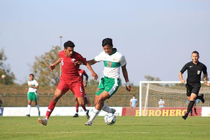 Indonesia's U-19 national team striker, Saddam Gaffar (right), dueled Qatar defender Faisal Mohammad Azadi in a trial match on Sunday (20/9/2020).