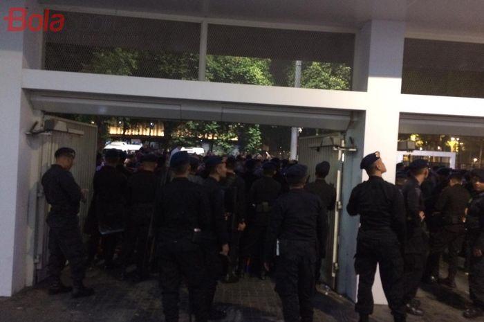Petugas berjaga di depan pintu  tribune media Stadion Utama Gelora Bung Karno (SUGBK) usai laga timnas Indonesia vs Malaysia, Kamis (5/9/2019).
