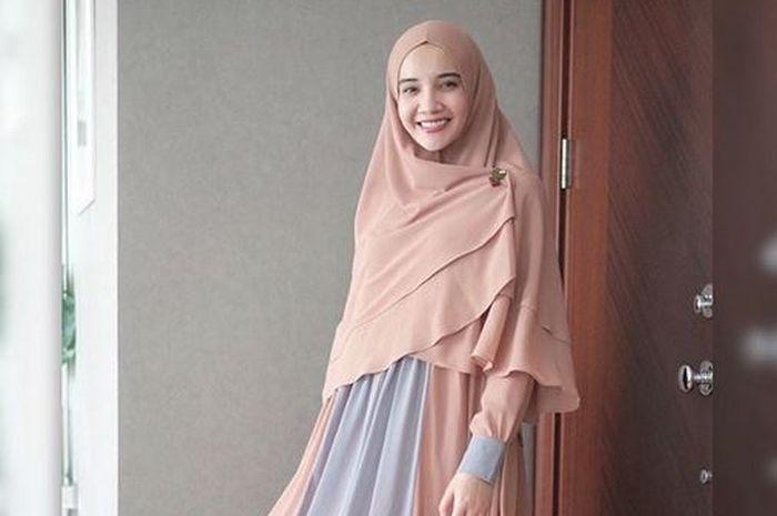 Inspirasi Baju Gamis Syari ala Zaskia Sungkar Untuk