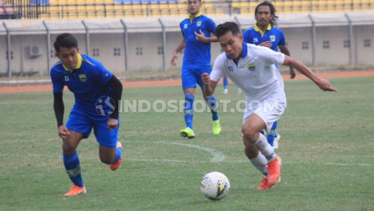 Febri Hariyadi berusaha mengejar Erwin Ramdani dalam sesi internal game Persib Bandung, Sabtu (12/10/19) sore. Copyright: Arif Rahman/INDOSPORT