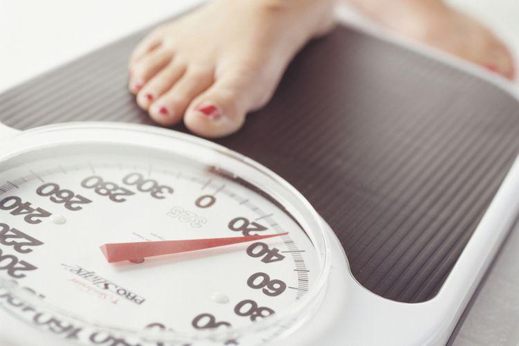 Ilustrasi menimbang berat badan