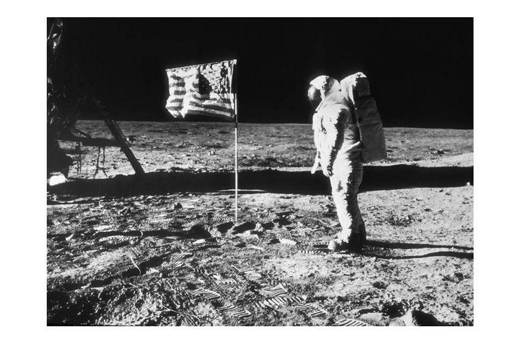 Juli 1969, astronot Amerika Serikat, Edwin Buzz Aldrin, terekam di permukaan Bulan dekat bendera AS dalam misi Apollo 11. Aldrin merupakan orang kedua yang berjalan di Bulan setelah Neil Armstrong.
